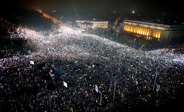 Por sexto día consecutivo, cientos de miles de rumanos se manifiestan para exigir la renuncia del Gobierno socialdemócrata. (AP)