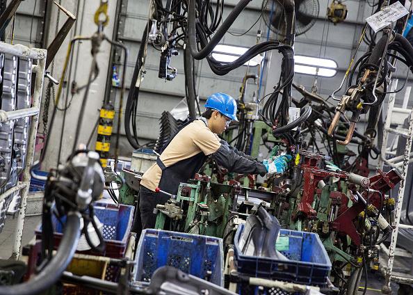 Un trabajador operando maquinaria (Getty Images)