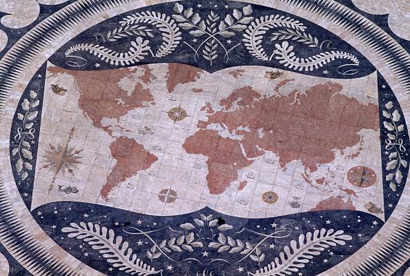 Un mapa del mundo hecho en mosaico por Luis Cristino da Silva al pie del Monumento a los Descubrimientos, en Lisboa, Portugal (Getty Images)