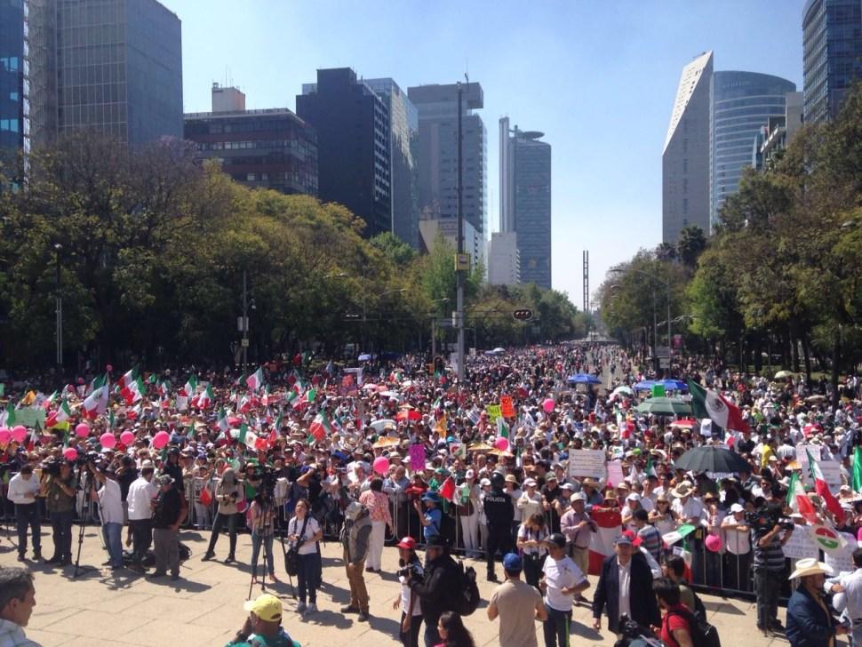 Manifestantes se reúnen en el Ángel de la Independencia durante la marcha Anti-Trump (Foto: José Jiménez)