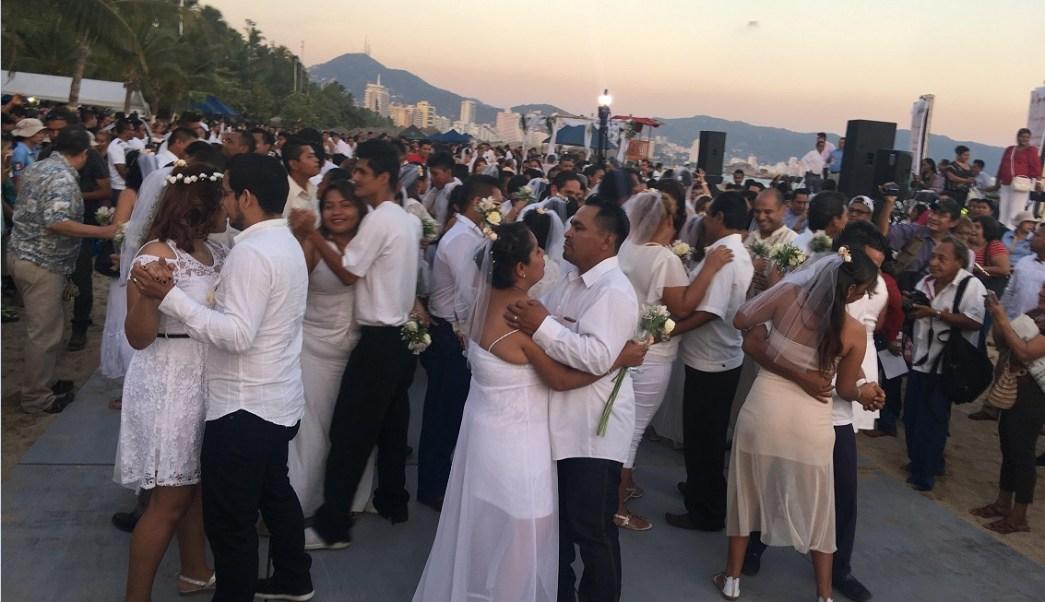 Realizan boda masiva en Acapulco; el número de divorcios aumenta en proporción a los nuevos matrimonios, informa el Inegi