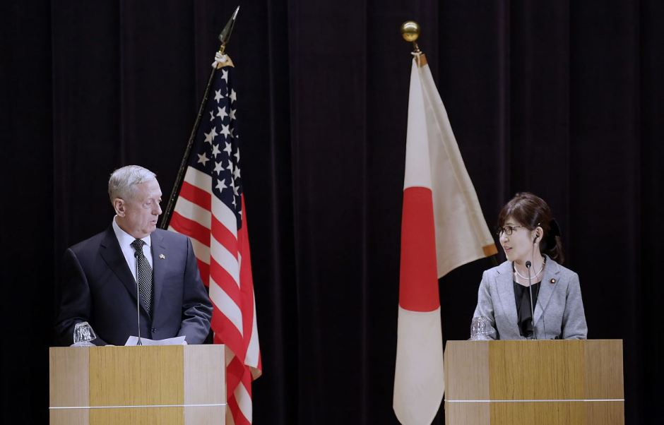 """El secretario de Defensa de EU, James Mattis, asegura que la alianza entre su país y Japón seguirá siendo una """"piedra central"""" para la estabilidad en la región ante las amenazas de Corea del Norte y la creciente fortaleza de China. (AP)"""