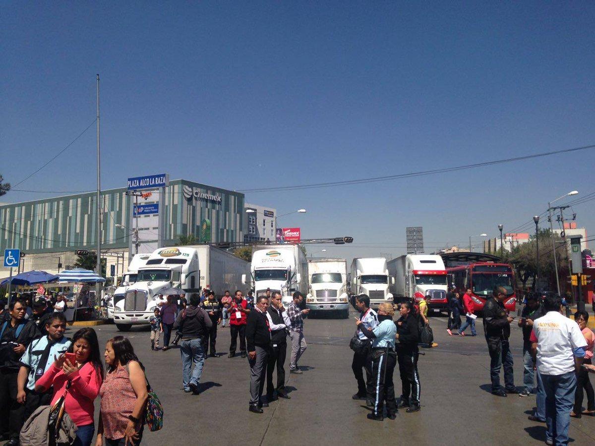 Médicos del Hospital La Raza bloquean Calzada Vallejo. (S. Servín)