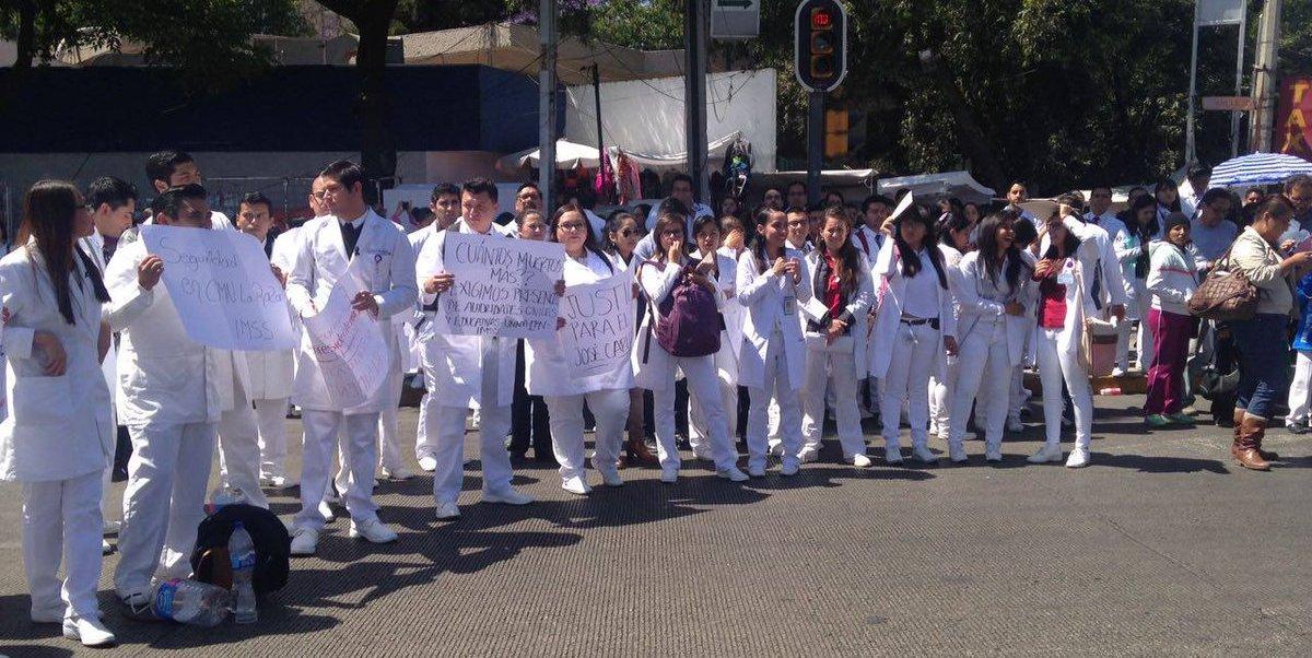 Médicos residentes del Hospital La Raza bloquean Calzada Vallejo. (S. Servín)