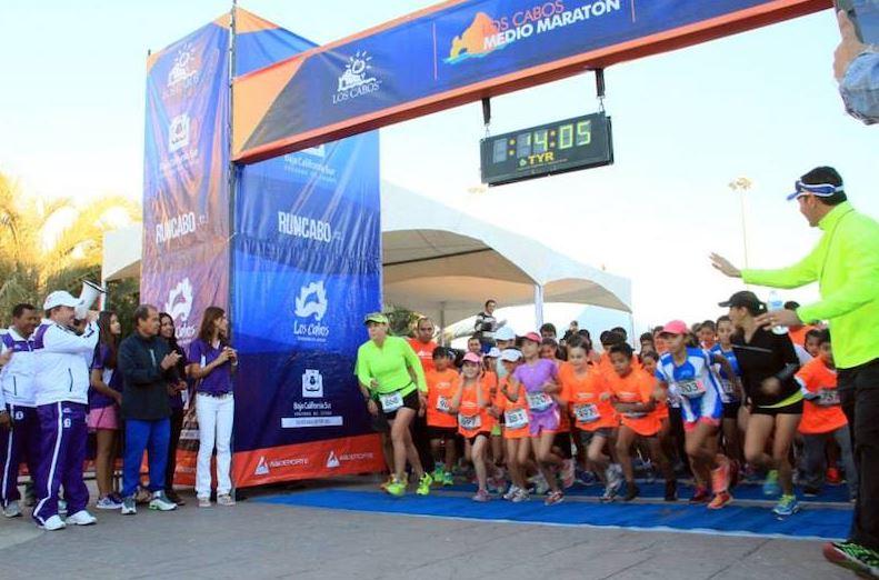Keniano Francis Mueblo gana el maratón de Los Cabos