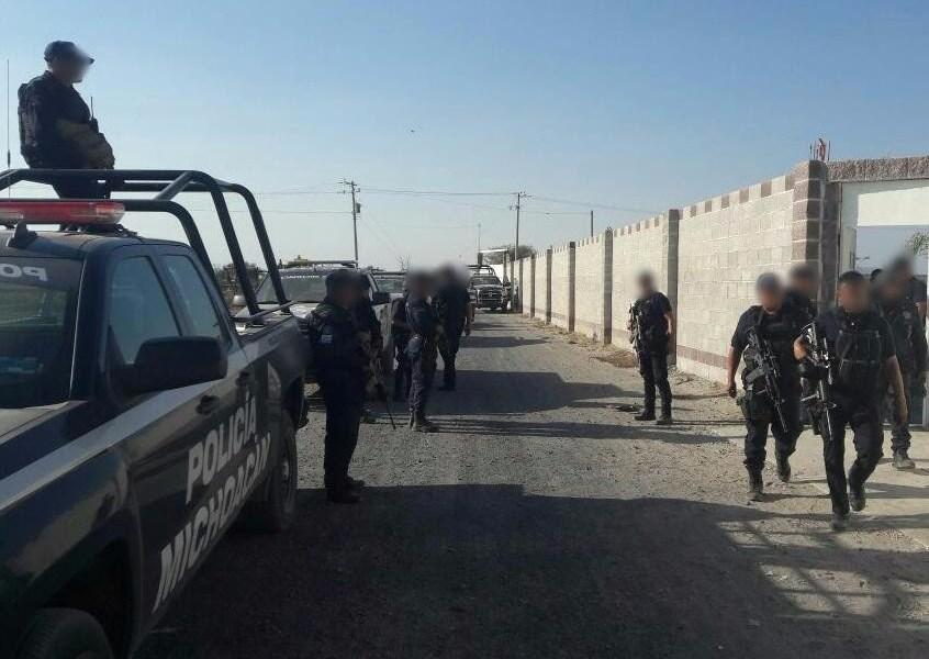 En la entrada al municipio de Tanhuato, los civiles armados realizaron detonaciones de arma de fuego contra los elementos policiales, quienes repelieron la agresión (Noticieros Televisa)