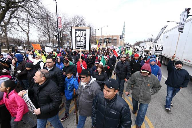 Un grupo de migrantes en Estados Unidos protesta contra las medidas del presidente Donald Trump (Getty Images/Archivo)
