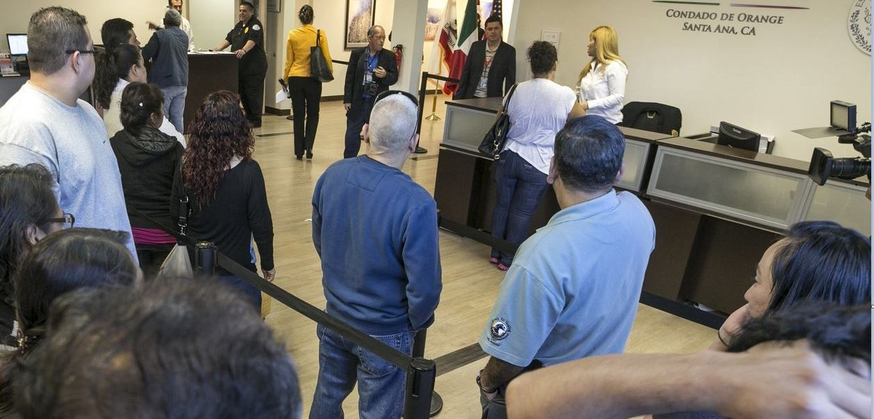 Migrantes sin acta de nacimiento podrán registrarse en embajadas y consulados de México. (AP, Archivo)