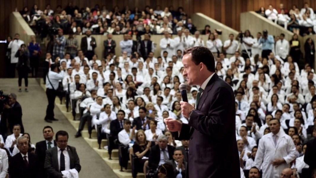 El director del IMSS, Mikel Arriola, encabezó la ceremonia de residencias médicas en la Unidad de Congresos del Centro Médico Nacional Siglo XXI.