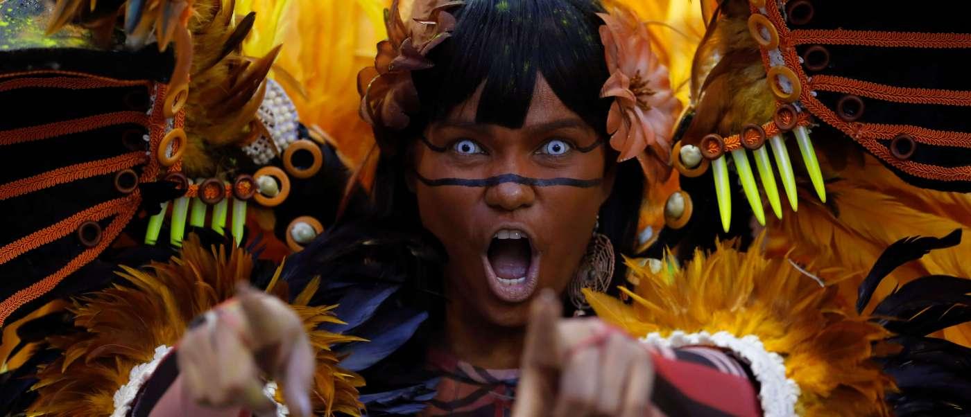 Miles de bailarines repletos de lentejuelas y plumas desfilaron en el Sambódromo de Río de Janeiro.
