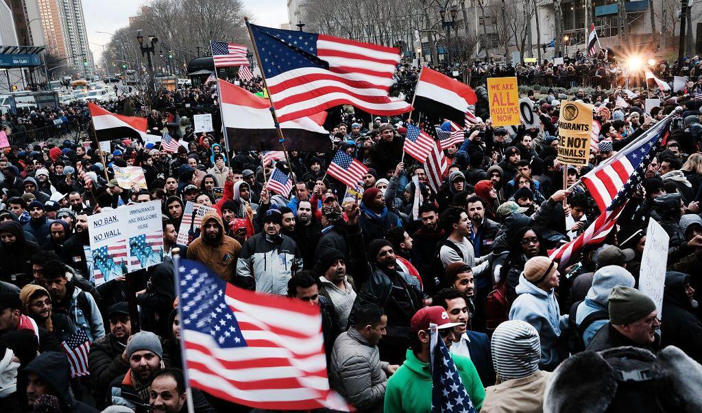 Miles de comerciantes yemeníes salieron a las calles de Nueva York para protestar contra el presidente Donald Trump.