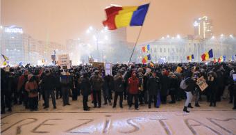 Miles de personas protestan en la Plaza Victoria contra el gobierno de Rumania.