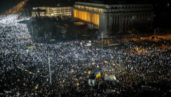 Miles de personas protestaron contra el gobierno de Rumania.