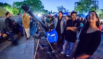 Visitantes del Museo de Historia Natural observan el espacio a través de telescopios; el miércoles 22 de febrero invita a una velada para ver Marte y Venus