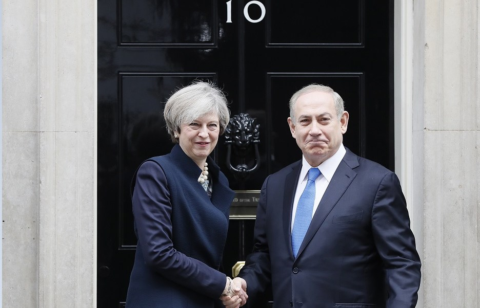 La primera ministra de Gran Bretaña, Theresa May, se reúne con su homólogo israelí, Benjamin Netanyahu, en Downing Street, Londres (AP)