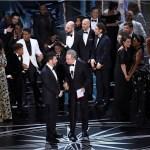 El anfitrión Jimmy Kimmel (Izq) y el presentador Warren Beatty discuten sobre el anuncio del ganador a mejor películar en la entrega del Oscar 2017 (AP)