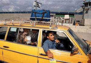 En la imagen, palestinos en el cruce Erez Checkpoint entre Israel y la Franja de Gaza en 1999. (Getty images, archivo)