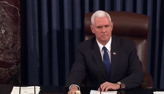 El vicepresidente de EU, Mike Pence, rompió el empate 50-50 en el Senado para ratificar a Betsy DeVos como secretaria de Educación (AP)