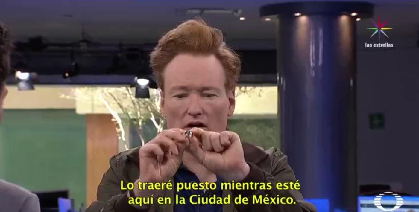 Prendedor con las banderas de Estados Unidos y México que le obsequiaron a Conan O'Brien (Noticieros Televisa)