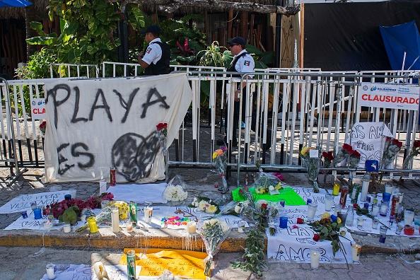 Un altar en homenaje a las víctimas de un tiroteo en un bar de Playa del Carmen (Getty Images/Archivo)