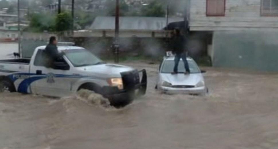 Policía rescata a hombre atrapado en una corriente de agua en Tijuana, BC. (Noticieros Televisa)