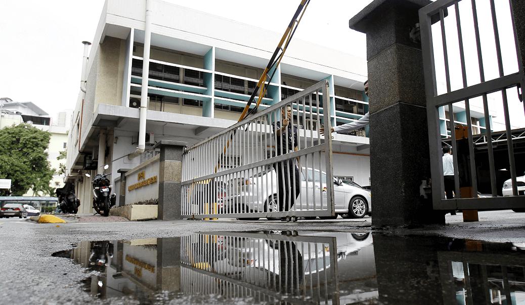 Policías de Malasia vigilan la entrada del departamento forense del hospital de Kuala Lumpur. (AP)