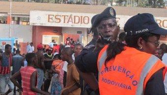 Policías y servicios de emergencia angoleños ayudaron a las decenas de heridos.