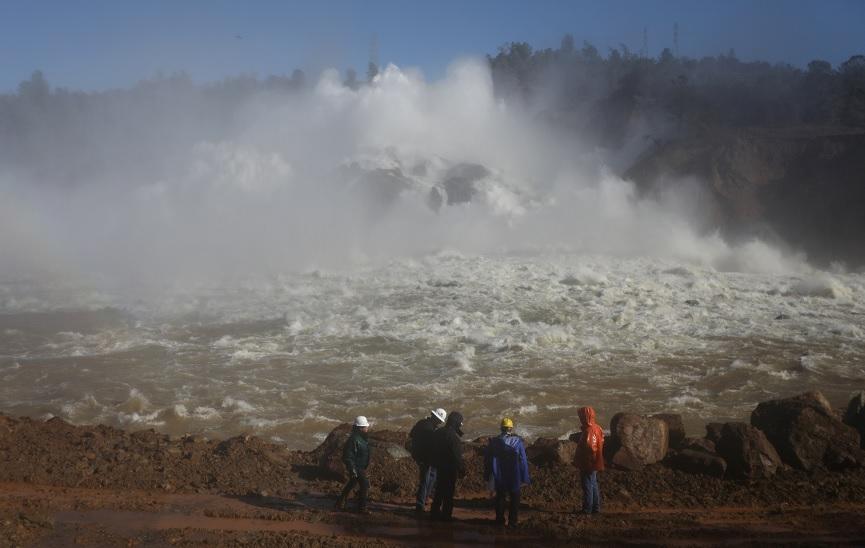 El agua es liberada de la presa del lago Oroville, en California, después de que se ordenara una evacuación para las comunidades cercanas (Reuters)