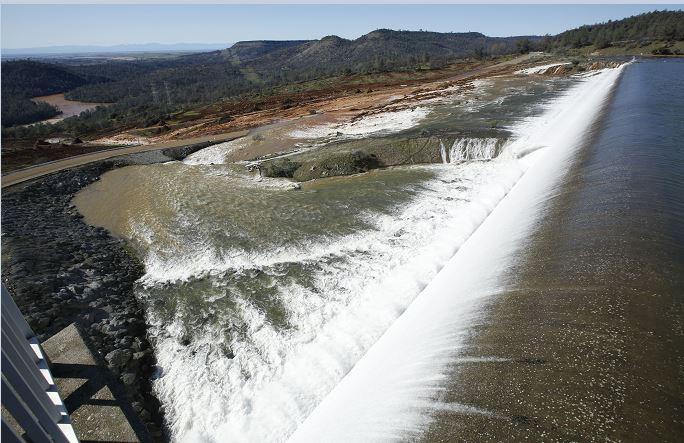 La causa de la alerta fue el descubrimiento de un agujero que, según fuentes oficiales, las autoridades taparon con rocas mientras reduce el nivel de agua de la presa. (AP)