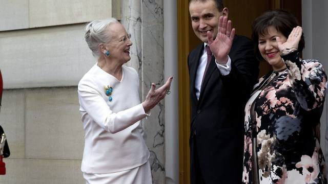 El presidente de Islandia, Gudni Th. Johannesson, centro, es recibido por la reina de Dinamarca Margrethe (AP/archivo)