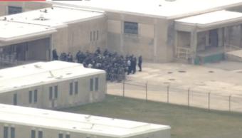 Presos toman a policías como rehenes en prisión de Delaware, EU. (@CBSPhilly )