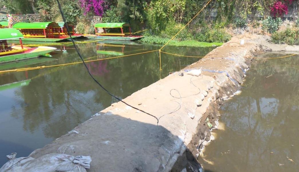 Personal del Sistema de Aguas de la CDMX taparon el conducto que conecta la zona de los canales con los basaltos que originaron el socavón (Gobierno CDMX)