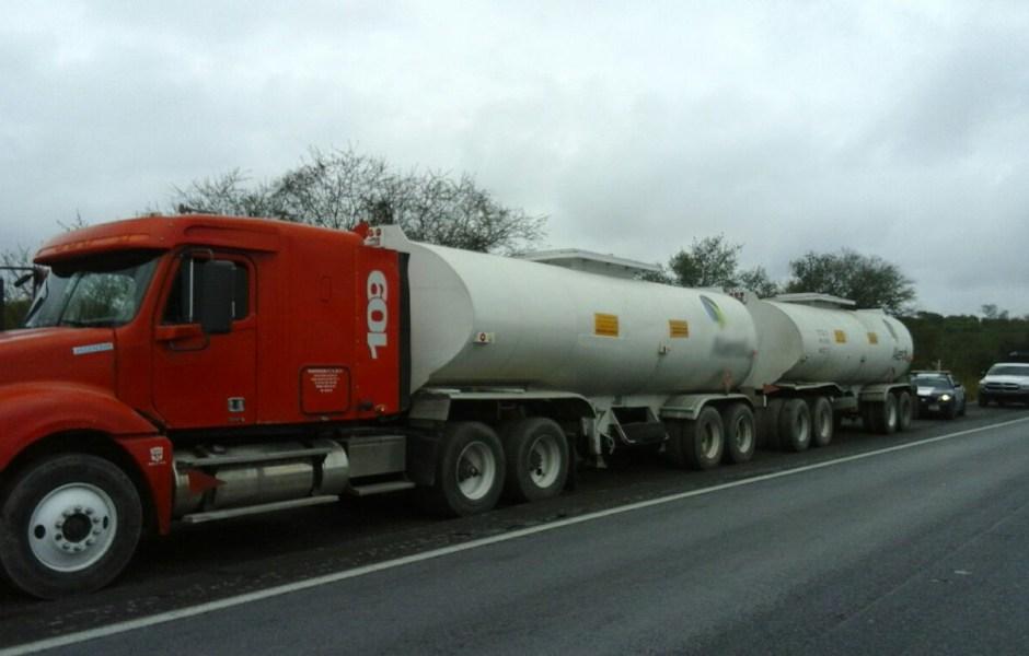 La Policía Federal aseguró más de 60 mil litros de diésel en NL.