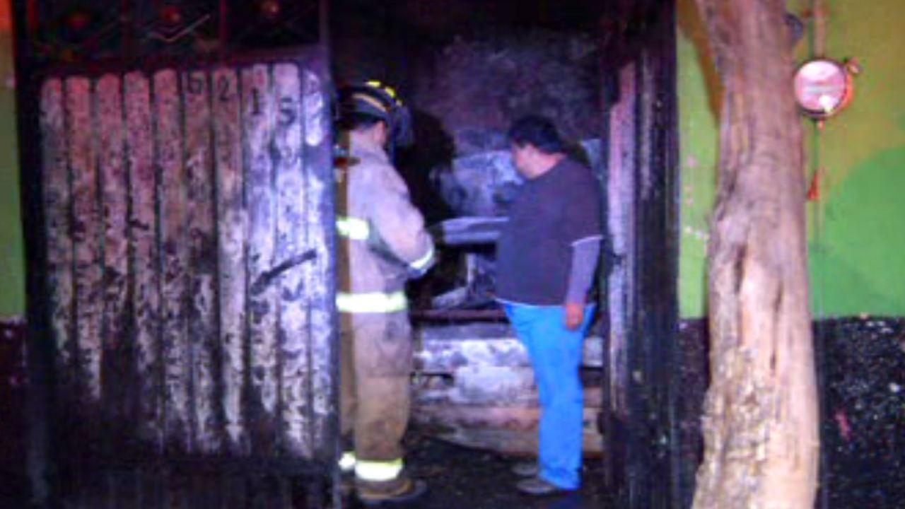 Se incendia automóvil dentro de vivienda en la GAM. (Noticieros Televisa)