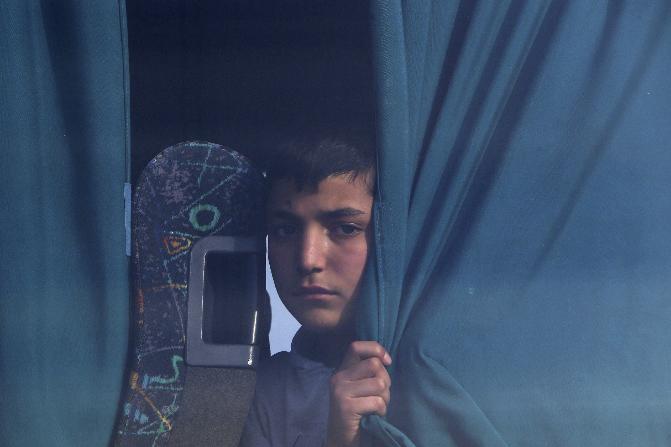 Un niño migrante de Siria se sienta en un autobús cuando llega a un campamento de refugiados en Kokkinotrimithia, en la isla mediterránea oriental de Chipre. (AP)