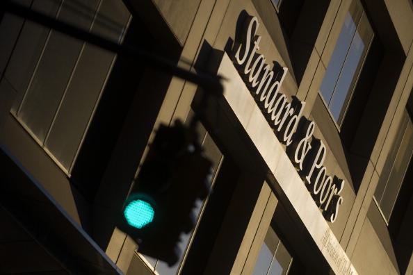 Vista del logo de Standard and Poor's fuera de su sede en Nueva York (AP)