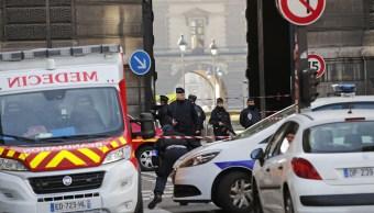 Como medida de seguridad se despliegan patrullas en las inmediaciones del museo de Louvre.