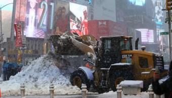 Trabajadores de limpia recogieron toneladas de nieve en Nueva York.