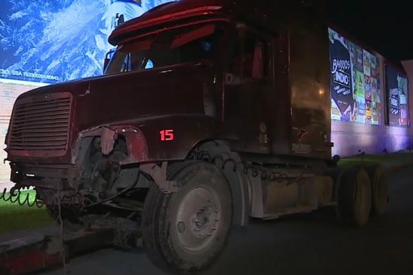 Tráiler impacta a cinco vehículos sobre la avenida Miguel Alemán y Isidro Sepúlveda, en el municipio de Apodaca, Nuevo León