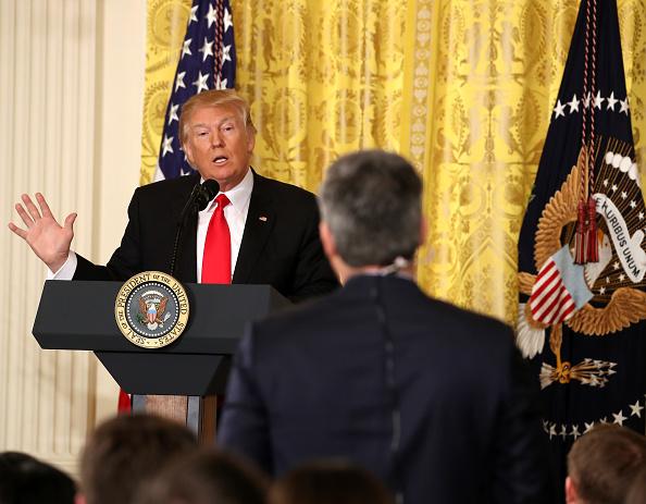 Donald Trump habla durante una conferencia de prensa para anunciar a su secretario del Trabajo; afirma no estar al tanto de contactos con funcionarios rusos durante su campaña