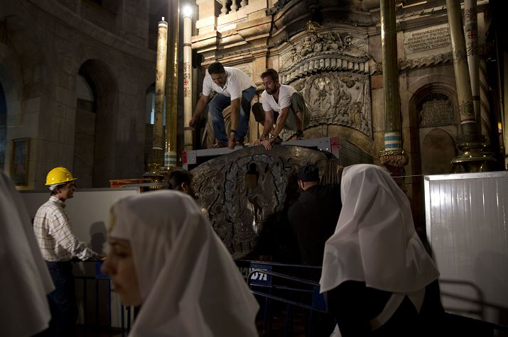Un equipo de expertos comienza la renovación de la tumba de Jesús en la Iglesia del Santo Sepulcro en la ciudad vieja de Jerusalén (AP/ archivo)