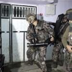 La policía antiterrorista turca rompe una puerta para arrestar a personas por presuntos vínculos con el Estado islámico, en Adiyaman, en el sureste de Turquía (AP)