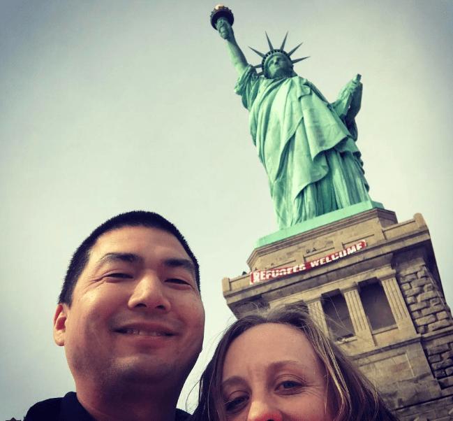 Un cartel que decía Refugees Welcome fue colocada ilegalmente en la base de la Estatua de la Libertad.