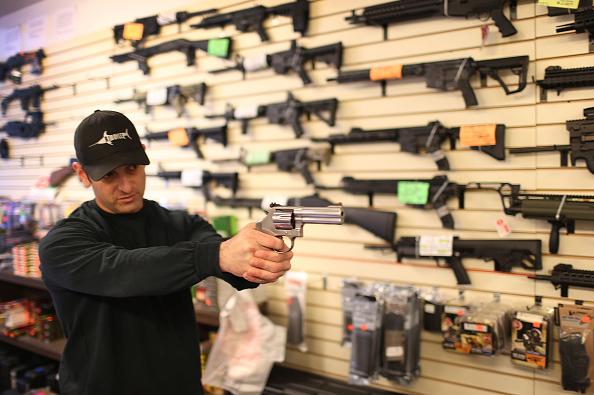 Una persona prueba una pistola en una tienda de armas en Washington.