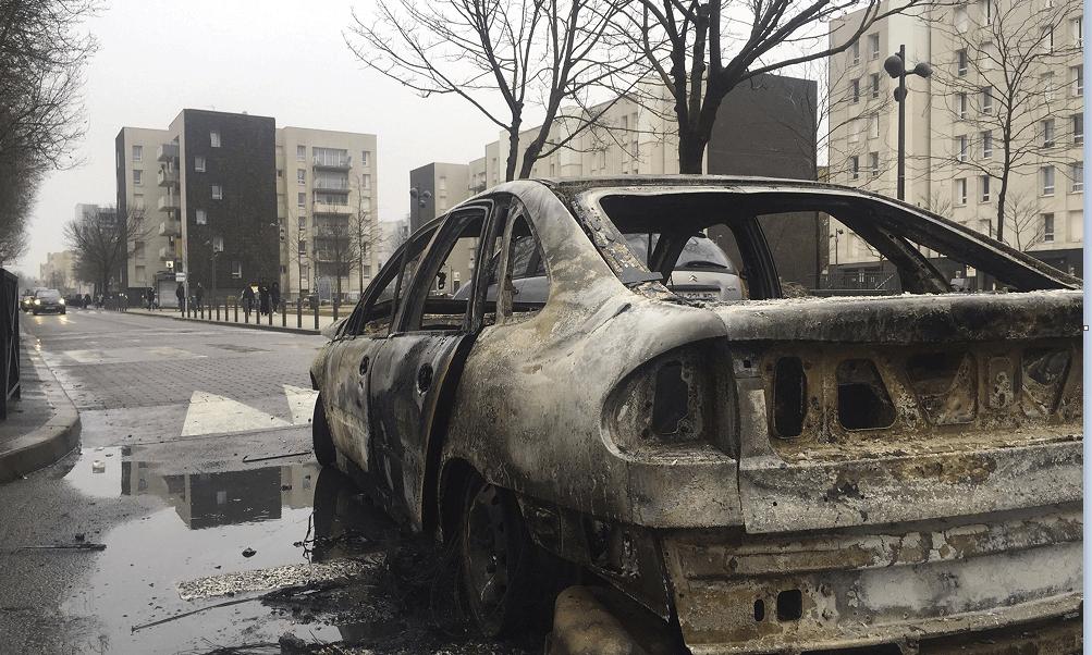 Varios vehículos fueron incendiados durante las protetas en la periferia de París, Francia. (AP)