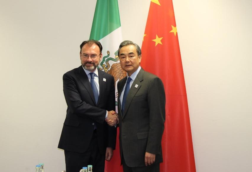 El canciller Luis Videgaray se reúne con diplomáticos de varios países durante la reunión de ministros de Relaciones Exteriores en Bonn, Alemania
