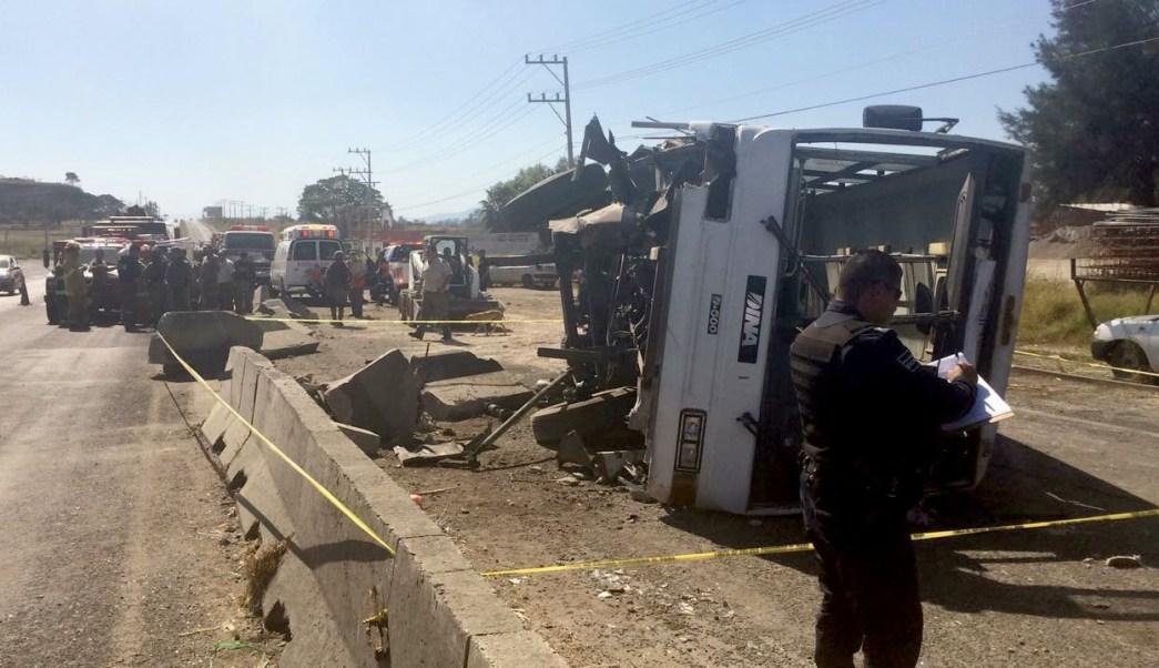 Volcadura de camión de transporte de personal en carretera Guadalajara-Tala.