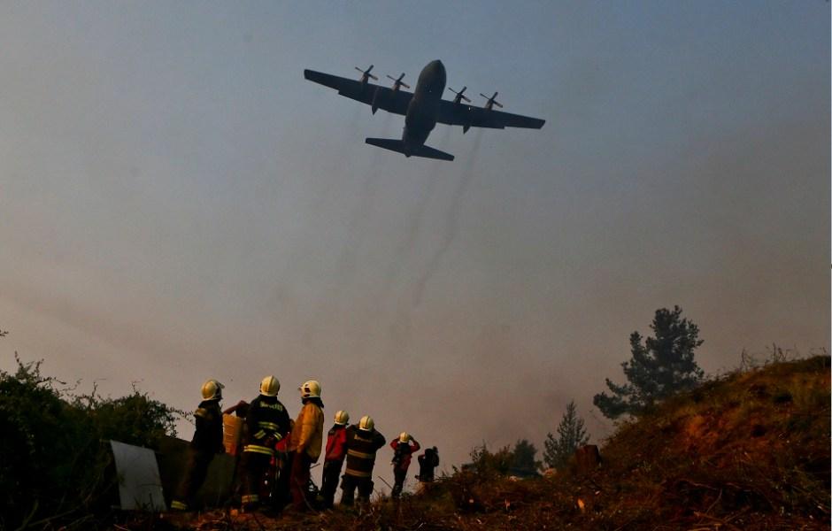 Un avión brasileño acude a combatir los incendios que se registran en Chile; más de 18 mil efectivos luchan contra el fuego