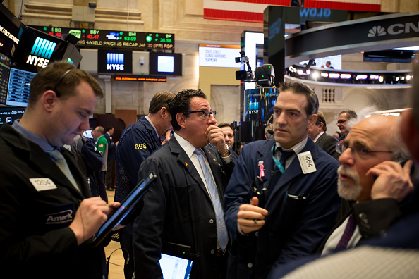 Operadores del mercado bursátil de Estados Unidos durante la apertura de sesión (Getty Images)