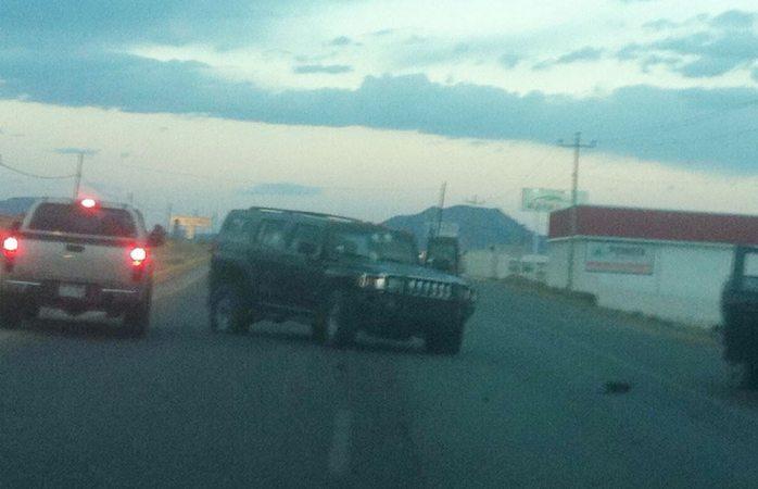Vehículos abandonados tras un enfrentamiento la tarde del domingo, en el seccional de Álvaro Obregón, Chihuahua. (Noticieros Televisa)